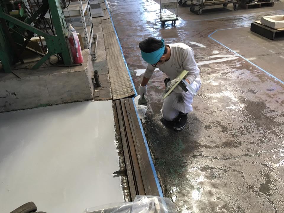 工場の床のパテ処理