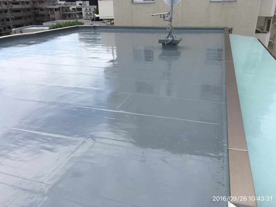 屋上防水の作業の様子