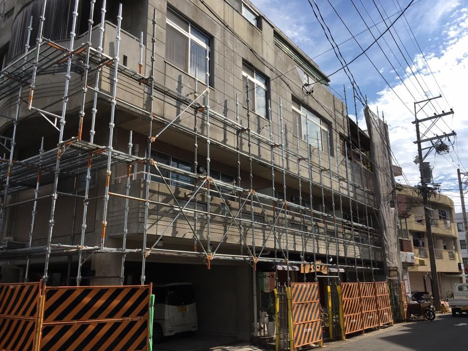 コンクリートの外壁の足場工事