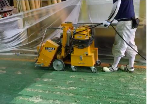 工場の床を削る